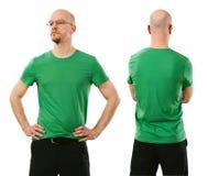 Mens die leeg groen overhemd dragen royalty-vrije stock afbeeldingen