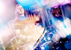 Mens die levende trommels spelen Concepten levende muziek Dubbele blootstelling royalty-vrije stock foto