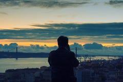 Mens die Lissabon, Portugal van Castelo DE S fotograferen jorge Royalty-vrije Stock Foto's