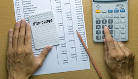 Mens die maandelijkse Hypotheekbetaling plannen Royalty-vrije Stock Foto