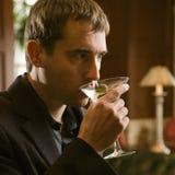 Mens die martini drinkt. Stock Foto's