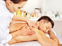 Mens die massage in kuuroord krijgt. stock foto