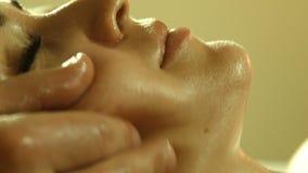 Mens die massage in kuuroordsalon doen stock videobeelden