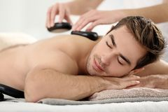 Mens die massage in salon hebben Royalty-vrije Stock Afbeeldingen