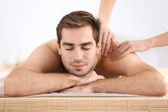 Mens die massage in salon hebben Stock Foto's