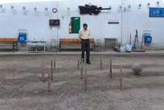 Mens die mayorre op het kegelen in het traditionele spel van de berg Palencia, in Juli 2011 letten stock foto's