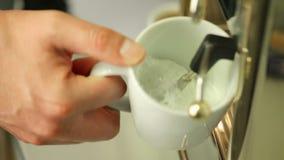 Mens die melkschuim maken die cappuccinomachine met behulp van stock video