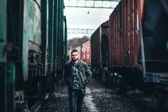 Mens die met baard op de spoorweg lopen Royalty-vrije Stock Foto's