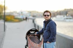 Mens die met babywandelwagen lopen Royalty-vrije Stock Fotografie