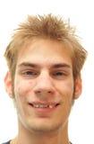 Mens die met bochtige tanden probeert te glimlachen Royalty-vrije Stock Afbeelding