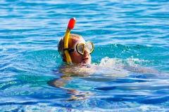 Mens die met buis in overzees snorkelen stock fotografie