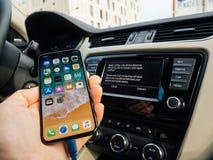 Mens die met cArPlay Apple nieuwe iphone X 10 verbinden door Apple Stock Fotografie
