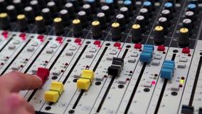 Mens die met console voor audioproductie werken stock videobeelden