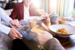 Mens die met creditcard betaalt stock foto