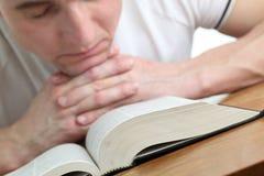 Mens die met de Bijbel bidt Royalty-vrije Stock Foto's