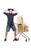 Mens die met de kar van de supermarktmand winkelen Stock Afbeeldingen