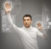 Mens die met de virtuele schermen werken Royalty-vrije Stock Afbeeldingen