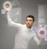 Mens die met de virtuele schermen werken Stock Afbeeldingen