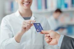 Mens die met een creditcard winkelen Stock Foto's