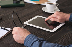 Mens die met een tabletcomputer werken voor het bureau Royalty-vrije Stock Foto