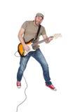 Mens die met elektrische die gitaar in de lucht springen, op wit wordt geïsoleerd Royalty-vrije Stock Fotografie