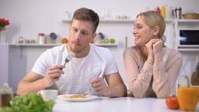 Mens die met genoegenvrouwen onsmakelijke maaltijd, paarverhouding beweren te eten stock videobeelden