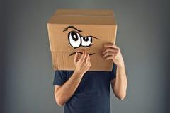 Mens die met kartondoos denken op zijn hoofd stock foto's