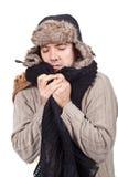 Mens die met koude een sjaal en een bonnet draagt Royalty-vrije Stock Afbeelding