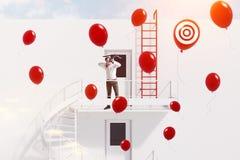 Mens die met kruisboog ballons, doel schieten royalty-vrije stock foto's