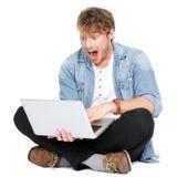 Mens die met laptop computer wordt verrast Stock Fotografie
