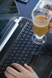 Mens die met laptop en een koffie werkt Royalty-vrije Stock Foto's