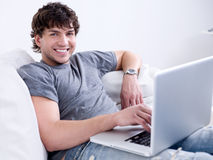 Mens die met laptop werkt Stock Fotografie