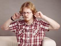 Mens die met lawaai worden geërgerd stock afbeelding