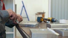 Mens die met metaalvoorwerp werken voor de productie van industriële CNC machines stock videobeelden