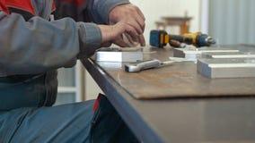 Mens die met metaalvoorwerp werken voor de productie van industriële CNC machines stock footage