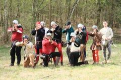 Mens die met middeleeuws kanon schieten stock afbeelding