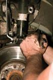 Mens die met moersleutel aan auto werkt Royalty-vrije Stock Foto's