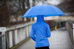 Mens die met paraplu in de regen lopen Royalty-vrije Stock Fotografie