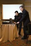 Mens die met presentatie helpt. Royalty-vrije Stock Afbeelding