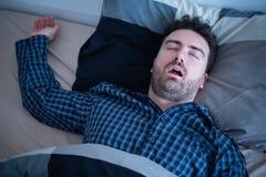 Mens die met probleemslaap in bed snurken royalty-vrije stock afbeelding