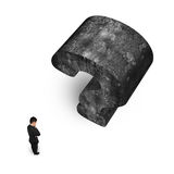 Mens die met reusachtige 3D concrete vraagteken witte backgroun denken Stock Afbeelding
