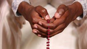 Mens die met rozentuin bidden stock video