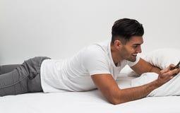 Mens die met smartphone gelukkig als lezingsbericht zijn Stock Foto's