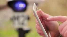 Mens die met tabletpc dichtbij de spoorweg werken stock video
