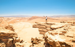 Mens die met tatoegeringen op rotsvorming bij Atacama-woestijn Chili wandelen Stock Afbeelding