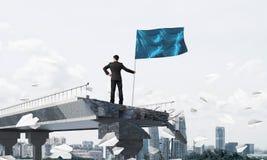 Mens die met vlag leidingsconcept voorstellen Stock Fotografie
