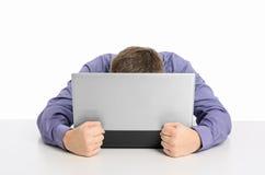 Mens die met zijn laptop computer wordt gefrustreerd Royalty-vrije Stock Foto