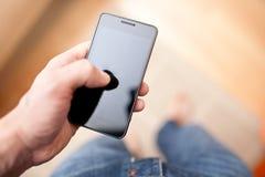 Mens die mobiele slimme telefoon met behulp van Stock Foto's