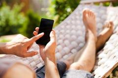 Mens die mobiele slimme telefoon met behulp van Stock Foto