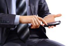 mens die mobiele slimme telefoon met behulp van Royalty-vrije Stock Afbeeldingen